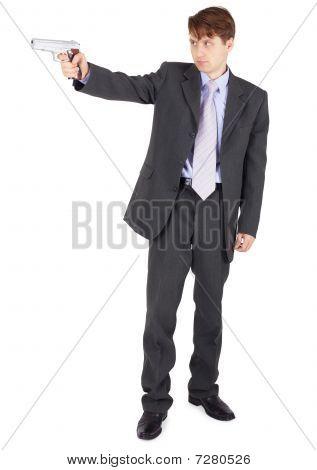 Joven, con el objetivo de un arma de fuego sobre fondo blanco