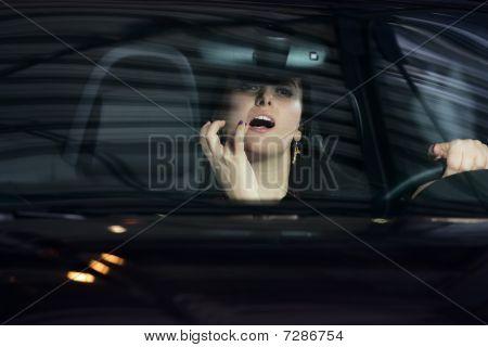 Mädchen mit einem Lippenstift