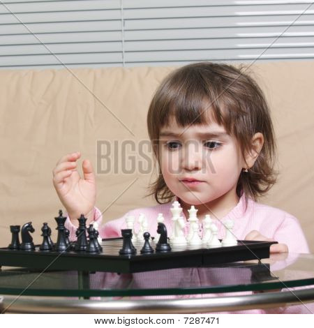 Chica jugando ajedrez