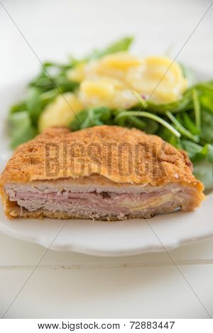 Cordon bleu with green salad