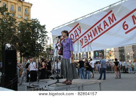 The Journalist Zoya Svetova Supports Political Prisoners On Meeting