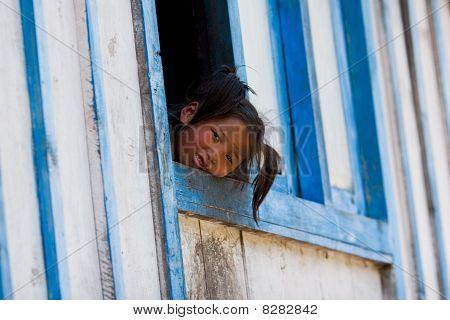 kleines Mädchen aus dem Dorf der tibetischen Flüchtlinge