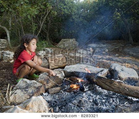 junges Mädchen Lagerfeuer
