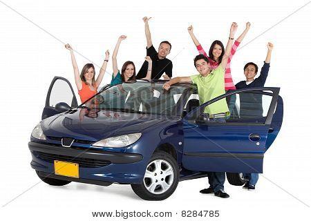 Gente feliz con un coche