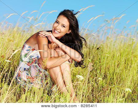 junge schöne Lächelnde Frau outdoors