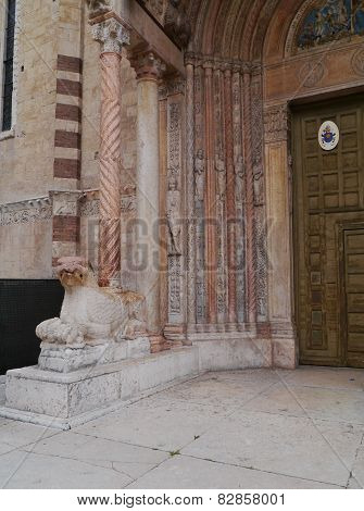 A red lion in front of the cathedral