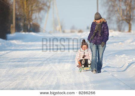 Mutter ziehende Tochter auf slegde