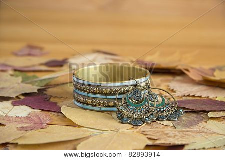 Bracelet made of yellow metal and mother of pearl on the leaves