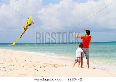 Vater und Sohn fliegen Kite