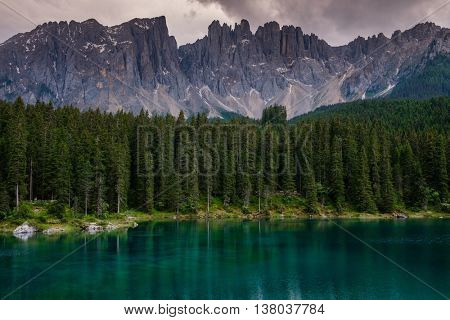Amazing view of Lago di Carezza with forest mountain, Trentino-Alto Adige, Italia.