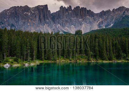 Amazing view of Lago di Carezza with forest mountain, Trentino-Alto Adige, Italia.