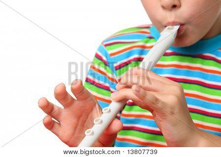 Körper des kleinen Jungen im gestreiften Hemd mit Eifer blowed weiß Horn, Fokus auf Händen
