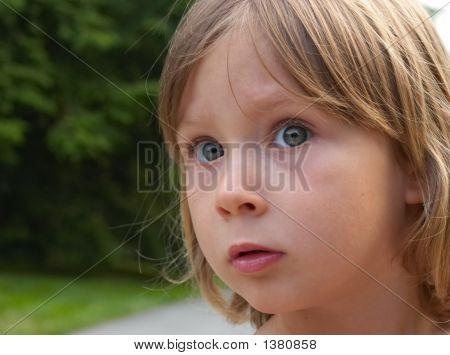 Retrato de menina espantado