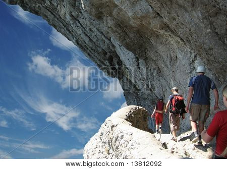 Cuatro personas en caminata en roca