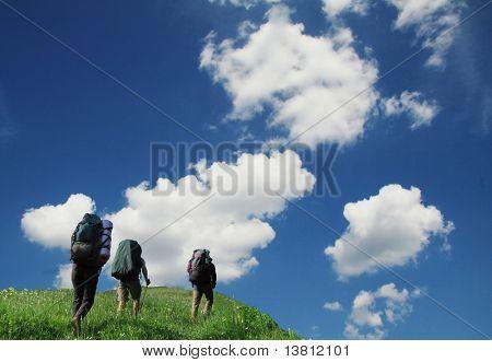 Tres turistas a través de praderas