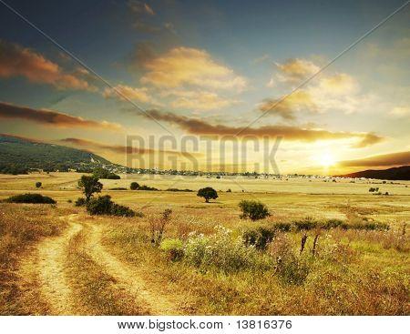 Escena rural en puesta de sol