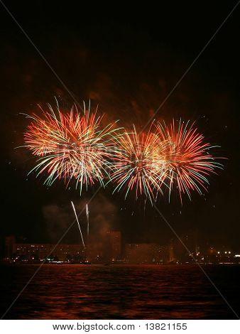 Un collage de explosión de fuegos artificiales
