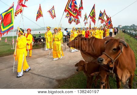HAI DUONG, Vietnam, August 18, 2015 citizens groups Hai Duong, procession village festival, commemorate heroic general Tran Hung Dao. Who defeated the Mongol invaders, the 13th century