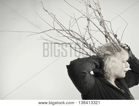 Lady with wreath posing over gray background