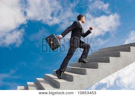 Imagem do empresário confiante com maleta andando no andar de cima