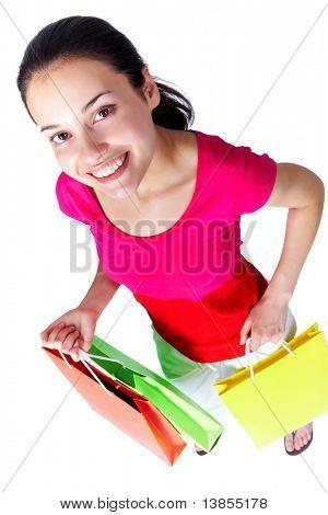 Retrato de jovem mulher, segurando paperbags colorido