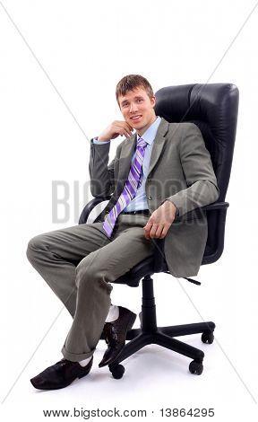 Jovem empresário sentado na cadeira contra fundo branco