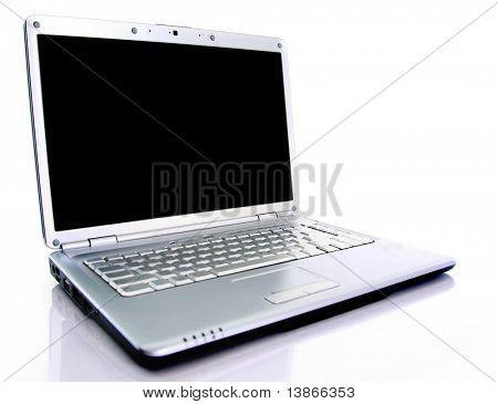 Moderno laptop isolado no branco com reflexões sobre a mesa de vidro.
