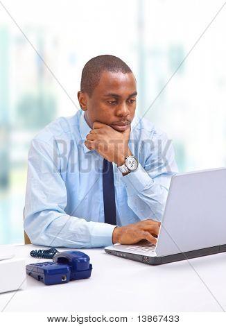 Porträt eines Mannes handsome young Business mit einem laptop