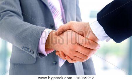 Handshake auf blauem Hintergrund isoliert
