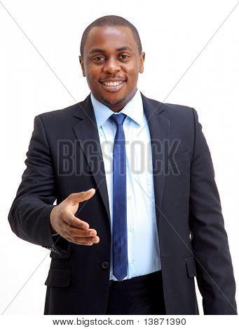 Retrato de un hombre de negocios americano africano con la mano abierta listo para sellar un acuerdo