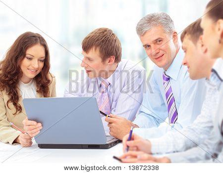 Grupo de pessoas de negócios feliz em uma reunião no gabinete