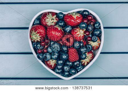 heerlijke ontbijt met vruchten in schaal op blauwe achtergrond