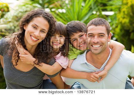 Madre y padre darle una piggyback