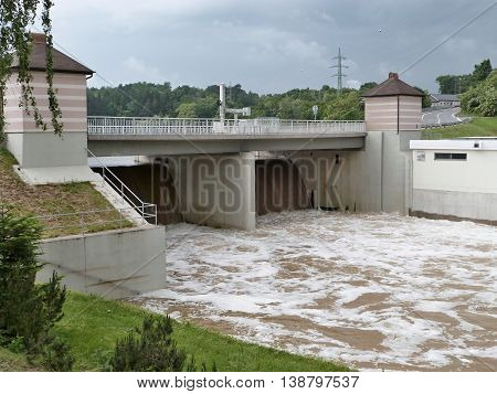 Dike large water reservoirs during the flood