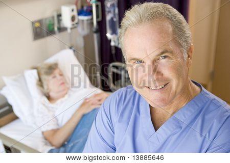 Arzt ansehen und lächelnd im Patienten-Zimmer