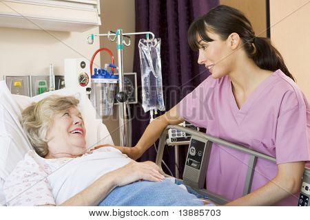 Krankenschwester im Gespräch mit Senior Woman