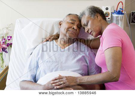 Pareja Senior en Hospital