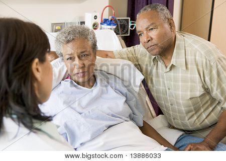 Doctor hablando con pareja Senior