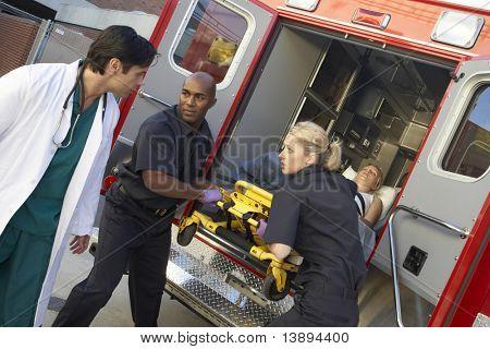 Sanitäter und Entladen Arzt-Patient von Krankenwagen