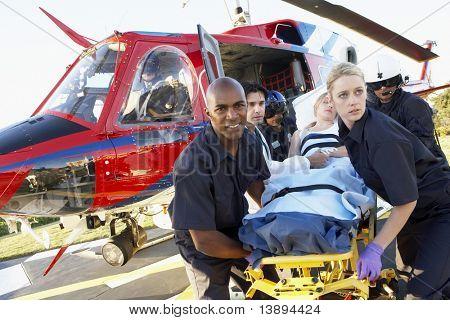 Paramédicos descarga a paciente de Medevac