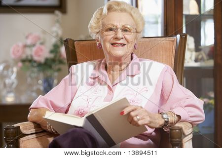 Senior Woman Reading Buch