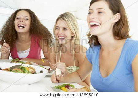 Freunde Mittagessen zusammen zu Hause