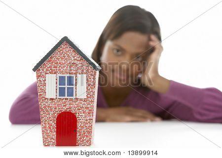 Mujer mirando el vaso de vino