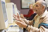 Постер, плакат: Старший человек с помощью компьютера
