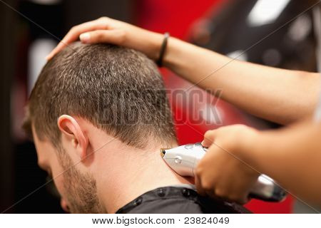Cerca de un estudiante varón tener un corte de pelo