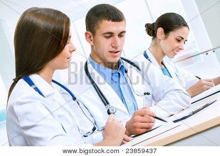 Junge Ärzte im Krankenhaus