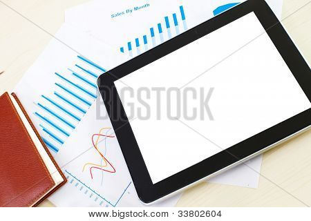 Trabajo con papel, pluma, tableta digital en blanco y taza de café en la mesa de trabajo. Por encima de vista tiro.