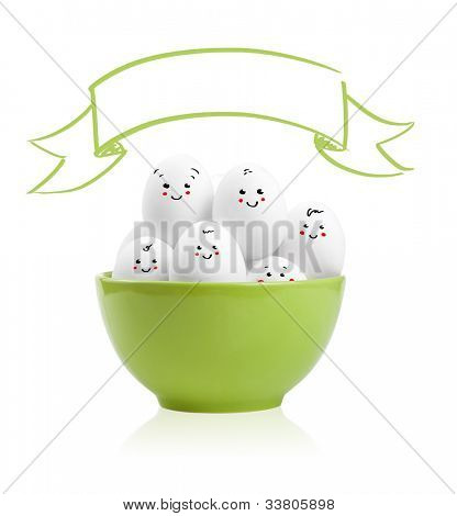 Happy bemalte Eier in einer Schüssel, isolated on white