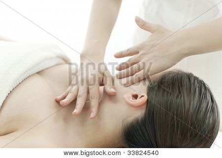 The beautician who massages the face