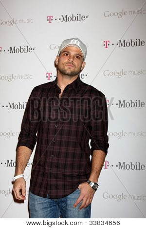 LOS ANGELES - 16 de NOV: Jerry Ferrara chega ao lançamento de música da Google no Mr. Brainwash Studio-n